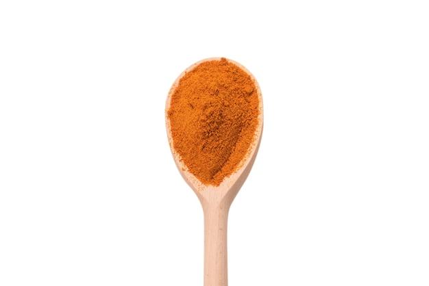 Paprica en cuchara de madera aislado en blanco