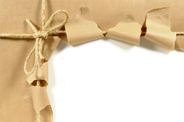 Paquete abierto desgarrado con un lazo