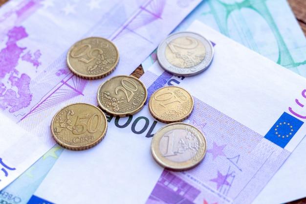 Paquete de billetes en euros y monedas de fondo. concepto de moneda de economía financiera