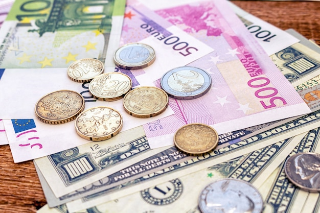 Paquete de billetes y monedas en dólares estadounidenses y euros, moneda de economía financiera de cerca