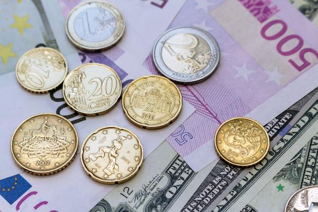 Paquete de billetes y monedas en dólares estadounidenses y euros