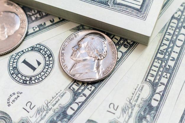 Paquete de billetes y monedas en dólares