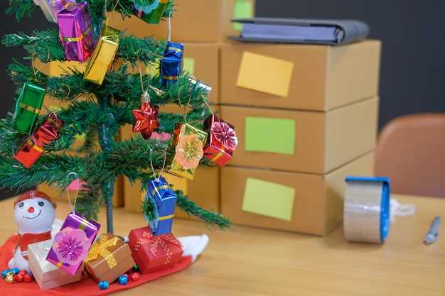 Paquete de caja de cartón en el lugar de trabajo del propietario del negocio durante la navidad.