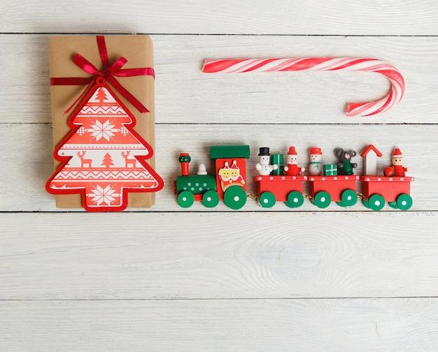 Paquete de caja de regalo vintage con bastón de caramelo y tren de juguete