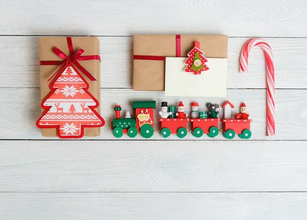 Paquete de caja de regalo vintage con etiqueta de regalo en blanco