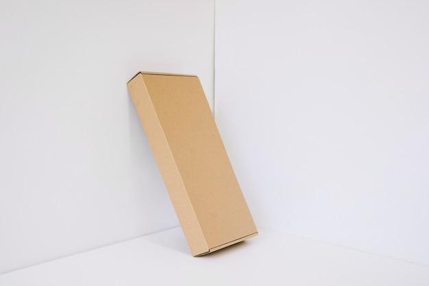 Paquete de cartón apoyado