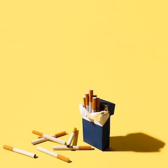 Paquete de cigarrillos sobre fondo amarillo