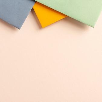 Paquete de coloridas hojas de cartón con espacio de copia