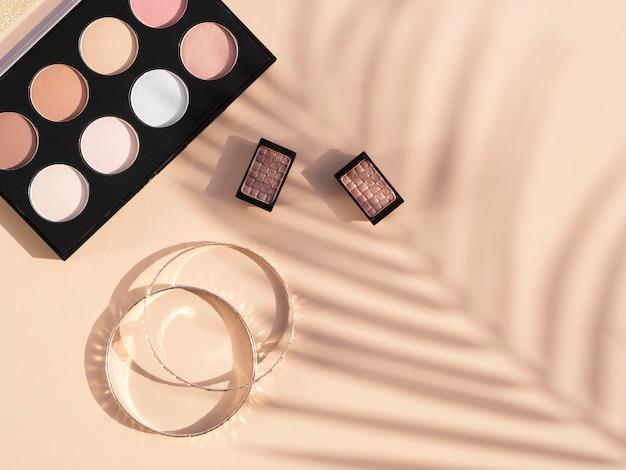 Paquete de cosméticos de belleza y aretes