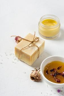 Paquete de crema y jabón de alto ángulo en el spa
