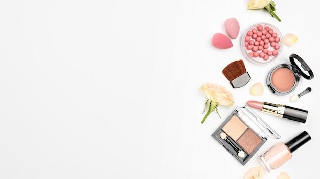 Paquete de diferentes cosméticos con copia espacio sobre fondo blanco.