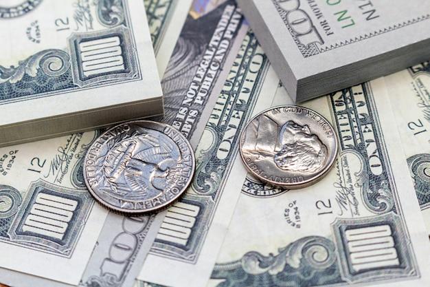 Paquete de dólares billetes y monedas fondo economía economía moneda cerrar enfoque selectivo moneda estadounidense usd