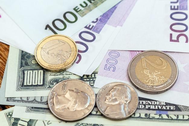 Paquete de dólares estadounidenses y billetes y monedas en euros fondo finanzas economía moneda cerrar enfoque selectivo