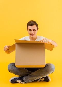 Paquete de entrega de apertura masculina de vista frontal
