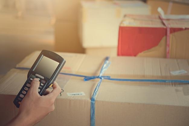 Paquete de escaneo del trabajador en el almacén