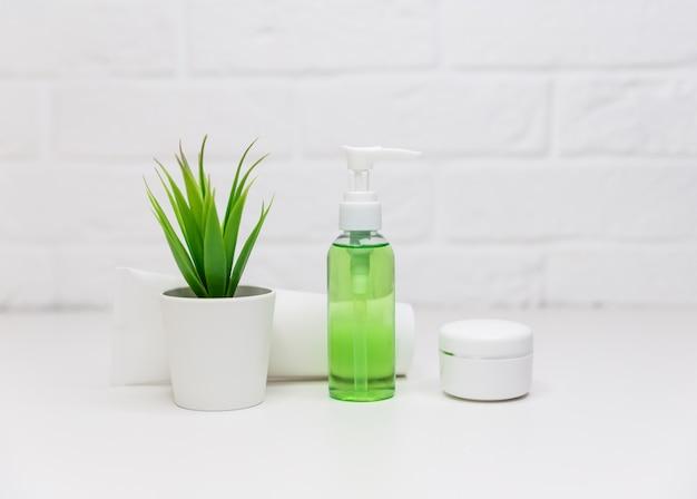 Paquete de etiqueta en blanco para maqueta de marca. productos de belleza natural