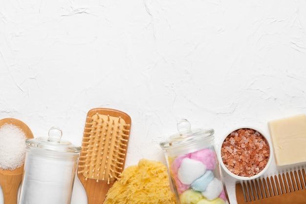 Paquete de herramientas de baño y frotamiento y cosméticos.