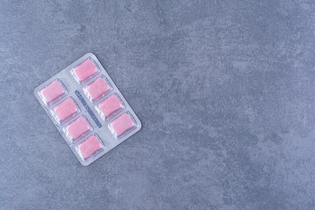 Paquete individual de chicle sobre una superficie colorida