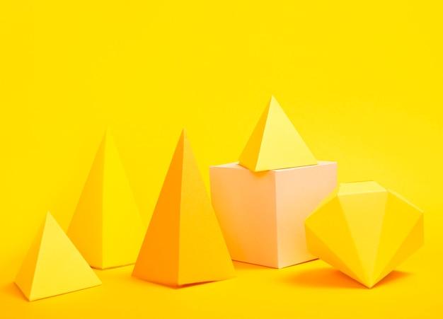 Paquete de objetos de papel geométrico en el escritorio