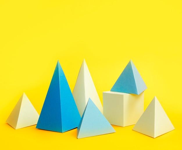 Paquete de objetos de papel geométrico en la mesa