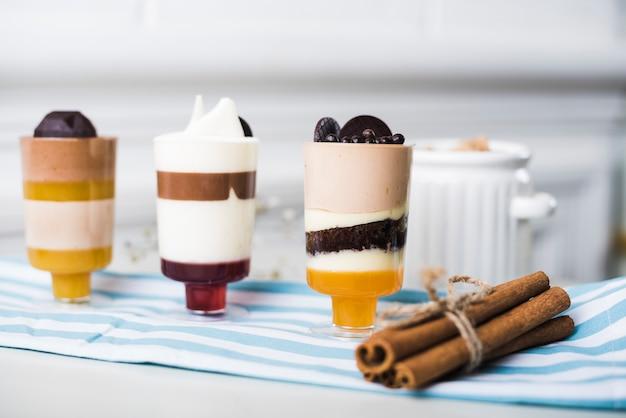 Paquete de palitos de canela con mousse de chocolate en copas.