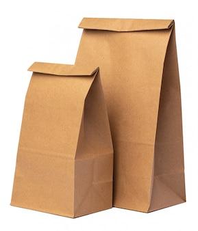 Paquete de papel artesanal para alimentos sobre fondo blanco.