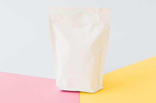 Paquete de papel blanco en tablero brillante