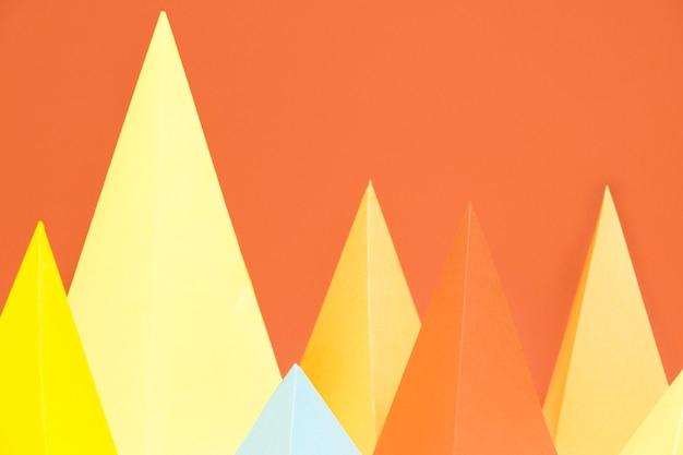 Paquete de papel colorido triángulo en el escritorio