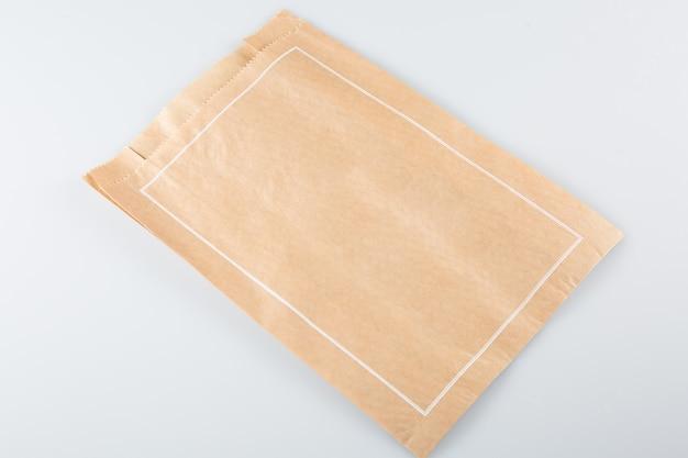 Paquete de papel kraft listo para recibir su marca