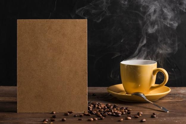Paquete de papel y taza de café caliente.