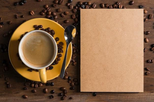 Paquete de papel y taza de café.