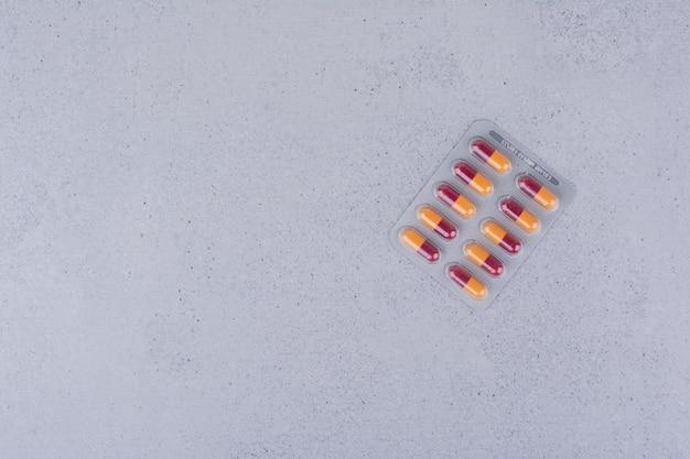 Paquete de pastillas de antibióticos sobre fondo de mármol. foto de alta calidad