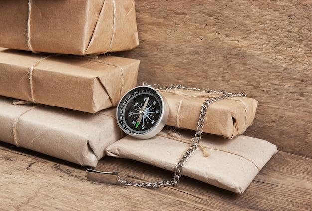 Paquete de pila envuelto con papel kraft marrón y atado con hilo