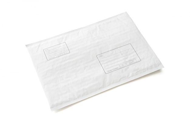 Paquete postal blanco con área para escribir dirección.
