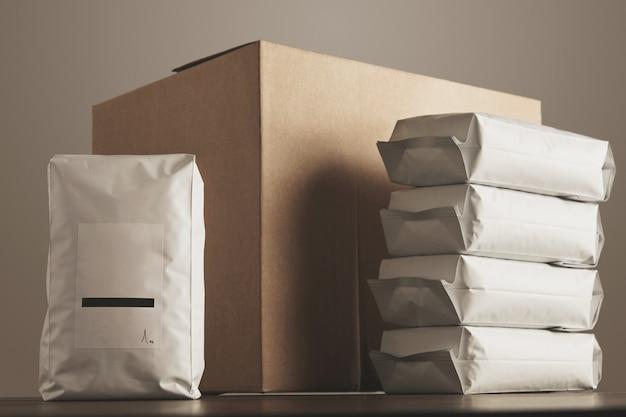 Paquete sellado voluminoso en blanco grande con el producto presentado frente a la caja de cartón