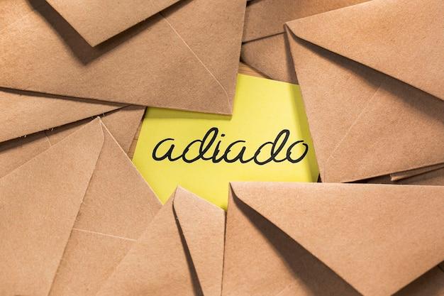 Paquete de sobres con mensaje pospuesto en el escritorio