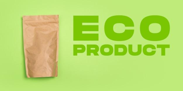 Paquete de té, café. vida ecológica: las cosas recicladas orgánicas reemplazan a los polímeros, los plásticos análogos. estilo hogareño, productos naturales para reciclar y no dañinos para el medio ambiente y la salud.