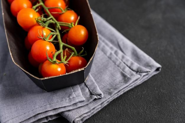 Paquete de tomates cherry maduros frescos. entrega de comida. grossery en línea.