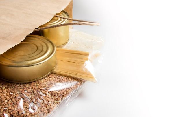Paquete con vista superior de carne enlatada, pasta, espaguetis, trigo sarraceno y arroz
