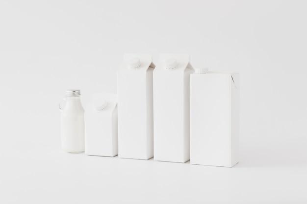 Paquetes y botellas de arton para productos lácteos.