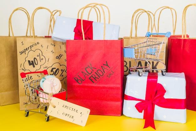 Paquetes de compras cerca de carros de supermercado, macarrones y cajas de regalo.