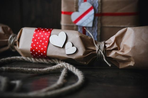 Paquetes marrones con corazones