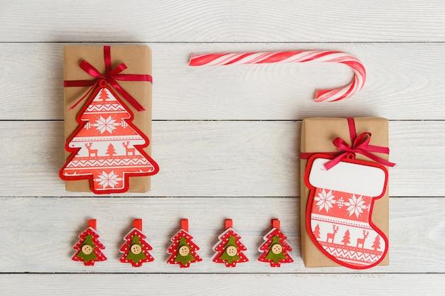 Paquetes de regalo vintage, pinzas para la ropa y bastón de caramelo