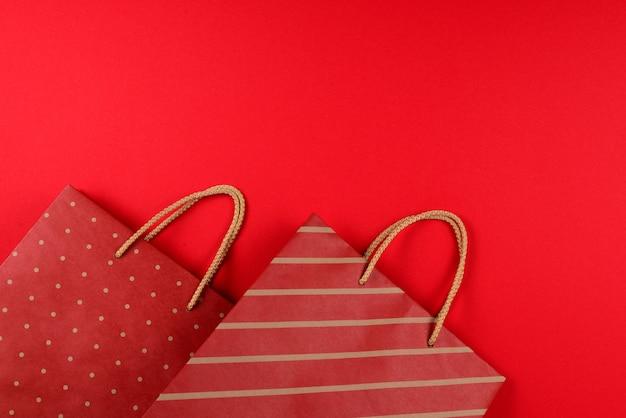 Paquetes rojos con rayas sobre un fondo rojo.