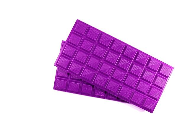Par de barras de chocolate de color púrpura vivo sobre fondo blanco.