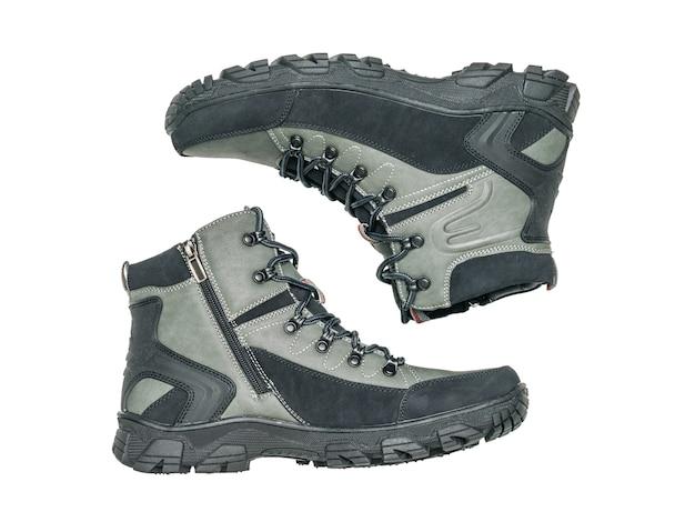 Un par de botas de hombre aisladas sobre una superficie blanca. calzado deportivo casual para hombre.
