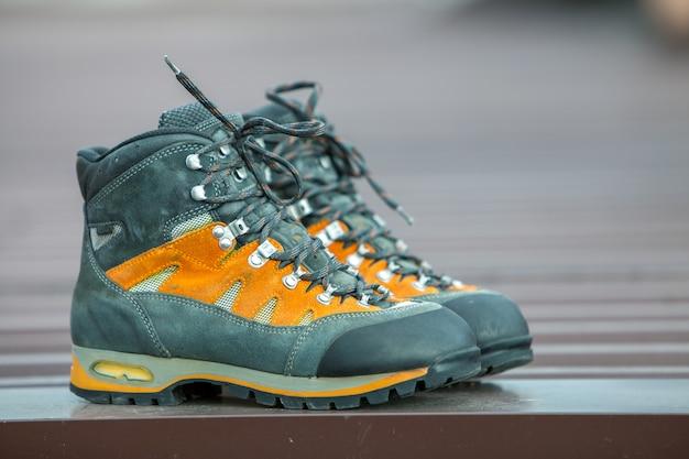 Un par de botas de invierno de trekking de cuero