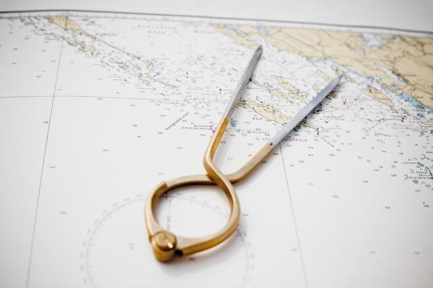 Par de brújulas para la navegación en un mapa marino con poca profundidad de campo.