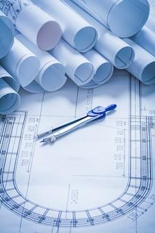 Par de brújulas con planos de construcción y concepto de arquitectura