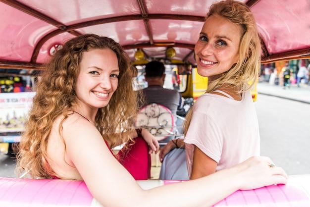 Un par de chicas guapas que visitan las atracciones principales de bangkok